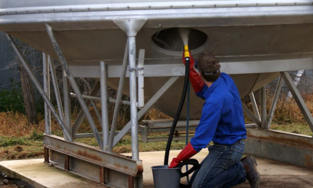 Featured Image: Application of diatomaceous earth to a silo Credit: Chris Warwick